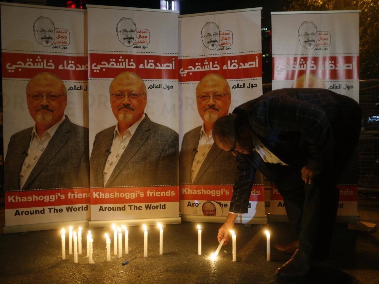 有民众到沙特驻伊斯坦布尔领事馆外,悼念卡舒吉。