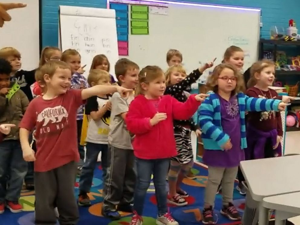 幼稚园学生手语「唱」生日歌,六旬听障保安感动落泪。影片截图