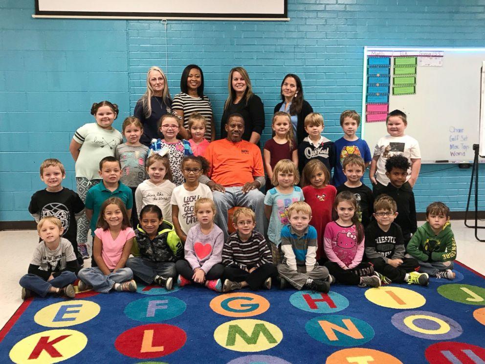 幼稚园学生手语「唱」生日歌,六旬听障保安感动落泪。Hickerson Elementary图片