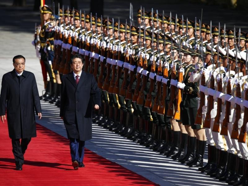 日本首相安倍晉三訪華第二天,早上與國務院總理李克強會面。AP