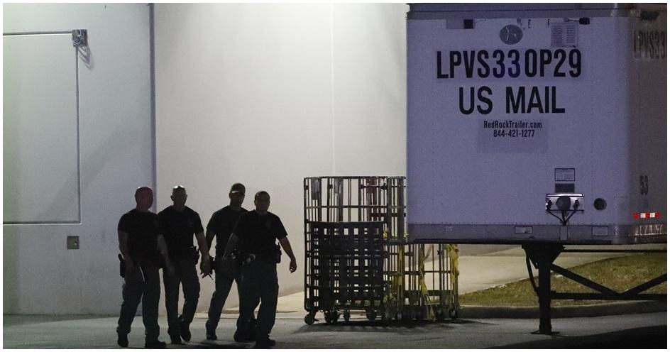 邁阿密-戴德縣警方搜索佛州奧帕洛卡鎮上的郵件中心。AP