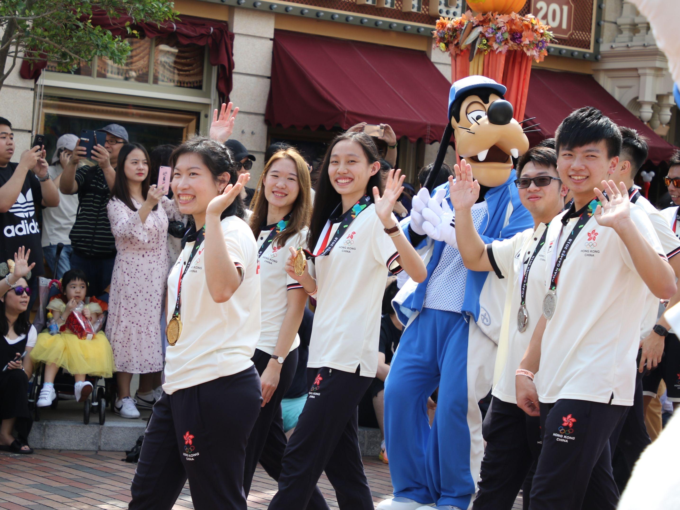 港隊亞運及亞殘運選手參與迪士尼巡遊,沿途獲歡呼掌聲不斷。王嘉豪攝