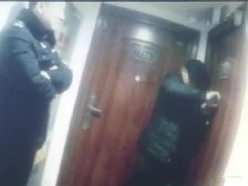 警員和開鎖人員打開房門後,將女子及時送醫。(網圖)