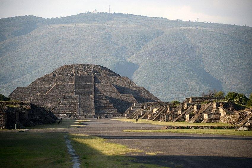 墨西哥月亮金字塔中藏的密室、秘道,专家指出新发现的通道在模拟死后通往地府。(网图)