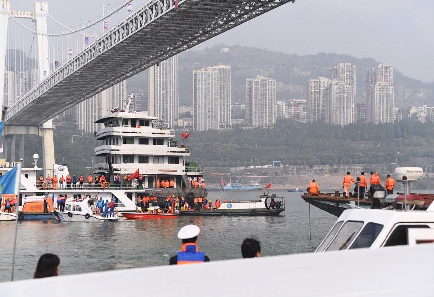 重慶巴士墜橋事故,警方核實共有15人落入江中。