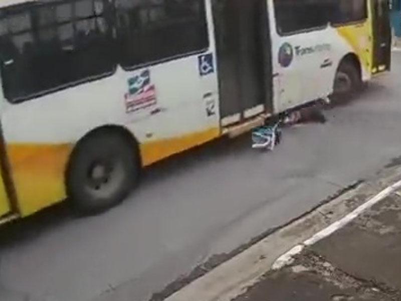 其後,瞬間被捲車底,給巴士輾壓而過,當場慘死。(網圖)