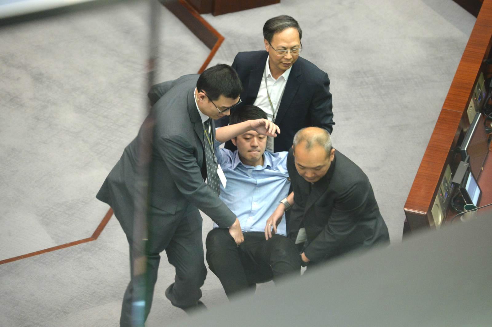 許智峯被驅逐出會議。資料圖片