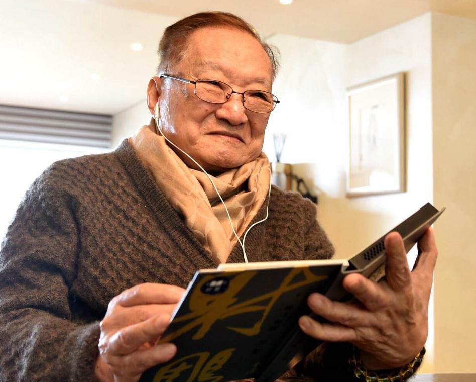 查良鏞於8歲起始接觸武俠小說,1955年起以「金庸」為筆名,創作其首部武俠小說《書劍恩仇錄》。