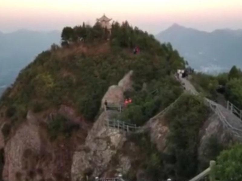 金姓男子據稱是從巨石上墮崖,位置接近道士岩玉甑峰的頂端。(網圖)