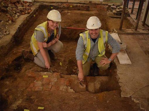 英国两名贼人闯便利店打劫,意外发现地底埋藏约500年的历史遗迹。Twitter图片