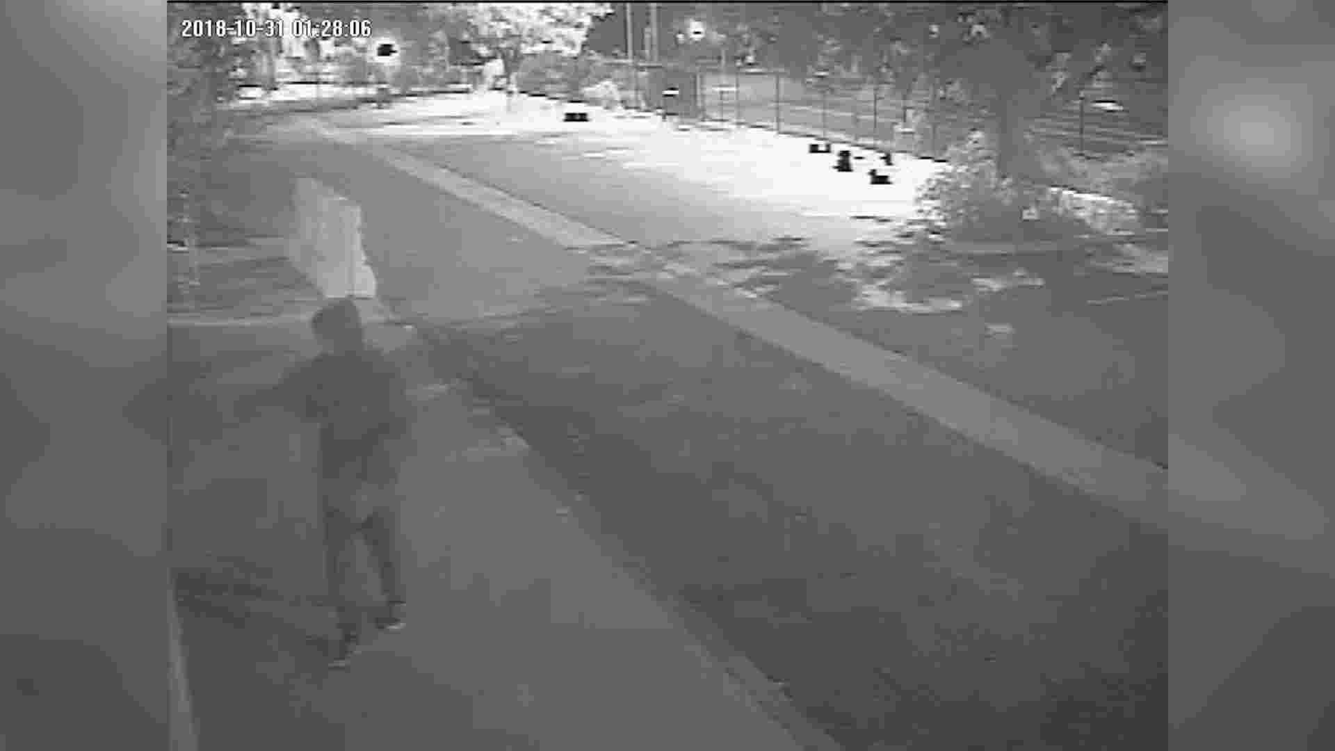 保安拍摄的片段显示,一名穿上连帽上衣、戴太阳眼镜和口罩的人向教堂外墙喷漆油。