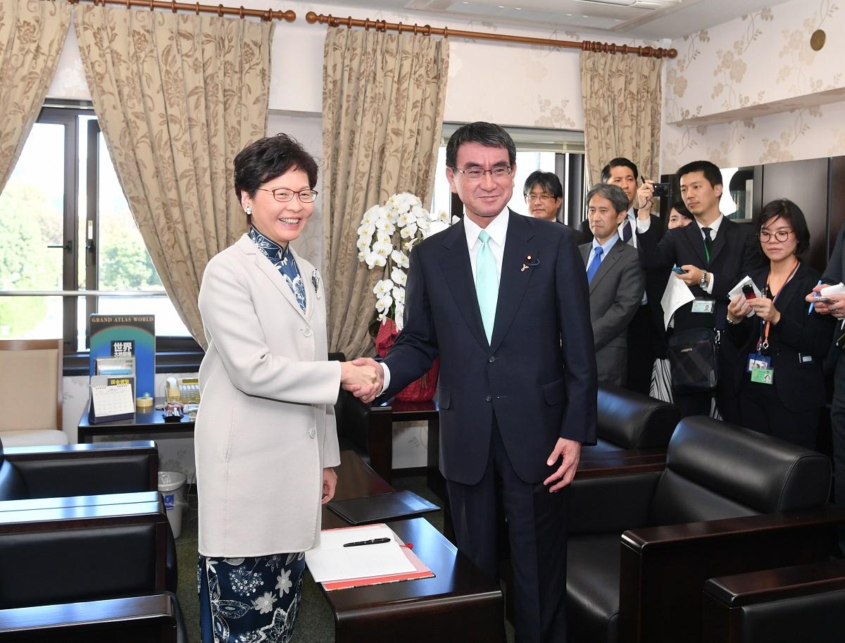 林鄭月娥(左)與日本外務大臣河野太郎(右)會面。政府新聞處