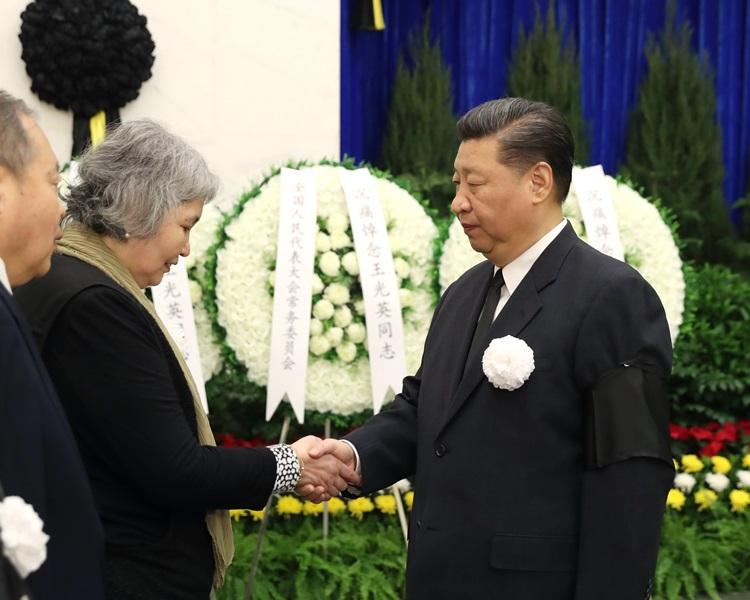 習近平與王光英親屬握手致意。新華社