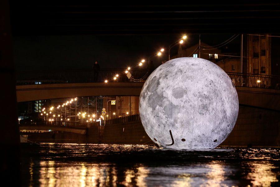 最吸睛的是一個浮在市中心奧布沃德尼運河上的發光球體,看起來就好像一個浮在水面的月亮。