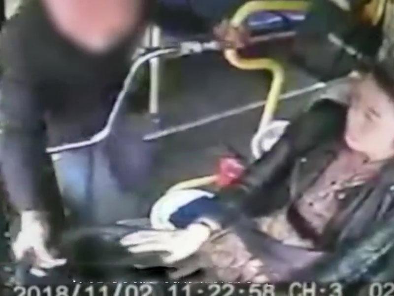 江西新余一名老漢在巴士行駛過程中要求下車,並多次搶奪司機軚盤。(網圖)