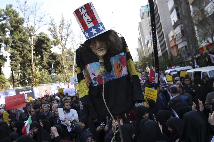 數以千計伊朗人則在首都德黑蘭參加集會,高喊「美國去死」的口號。美聯社