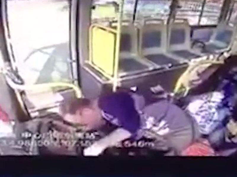 陝西巴士失控撞車,車內閉路電視顯示司機曾突然暈倒10秒。(網圖)