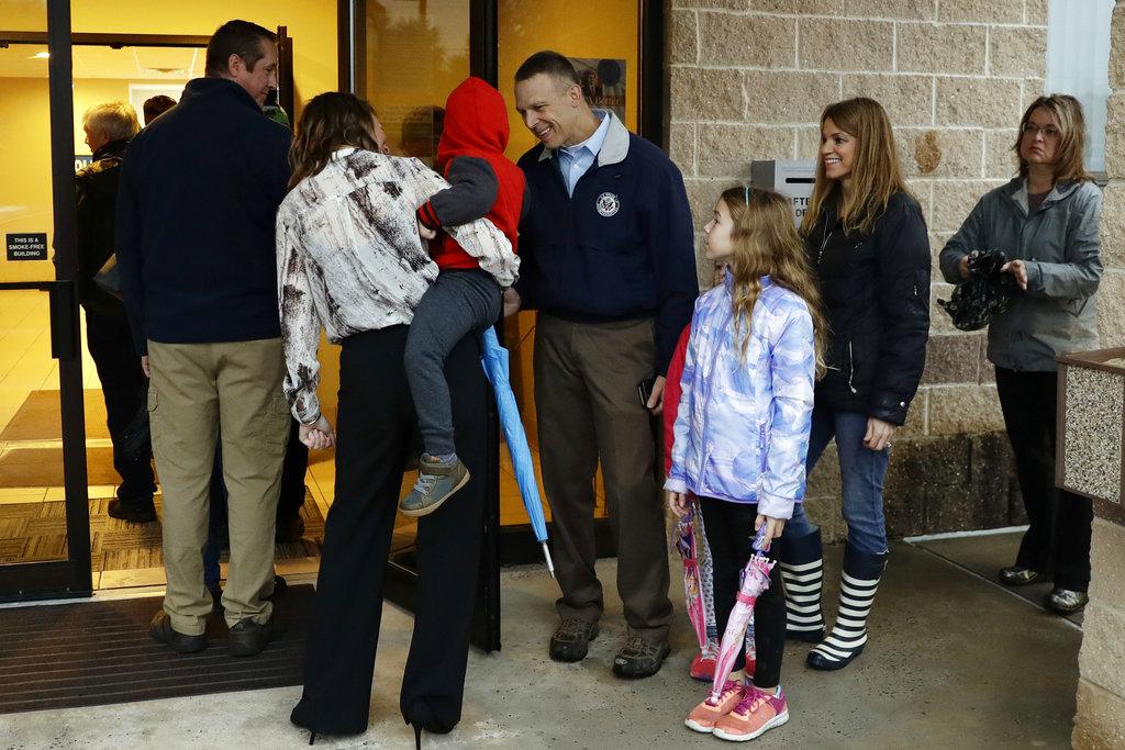 民衆在票站外等候投票。AP圖片