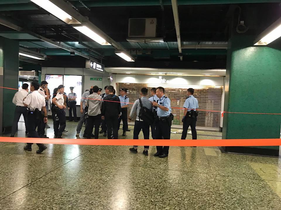 受事件影響,警方圍封深水埗地鐵站內部分通道。網民Walt S W Leung攝