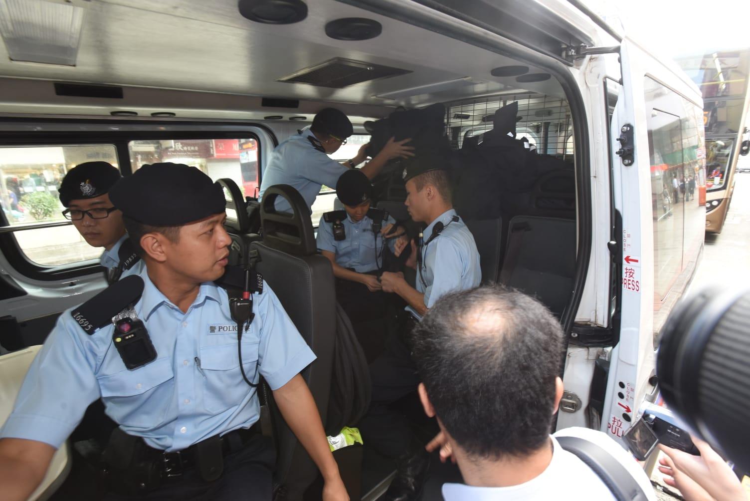 開槍女警被帶返警署協助調查。