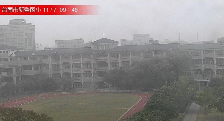 閉路電視鏡頭顯示台南有小學消失在畫面。網上圖片