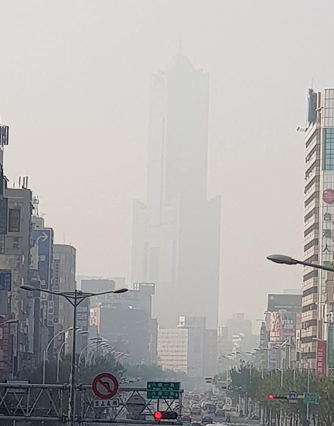 高雄的85大樓在空氣污染中消失。FB爆料公社