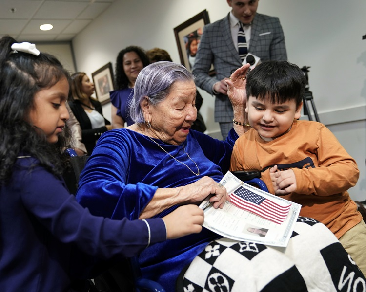 薩爾瓦多106歲的曾祖母博尼拉在選舉投票當日,宣誓入籍美國。AP