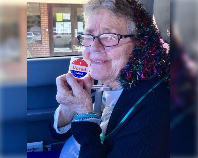 菲莉浦開心地展示「我投票了」貼紙。fb