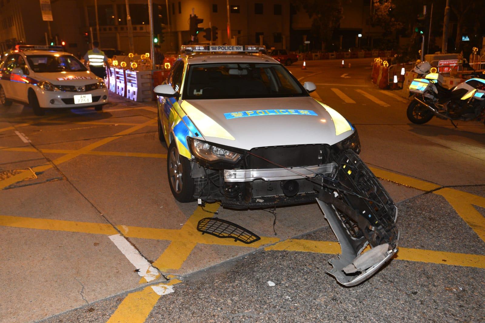 涉事警車被撞至車頭泵把甩脫。