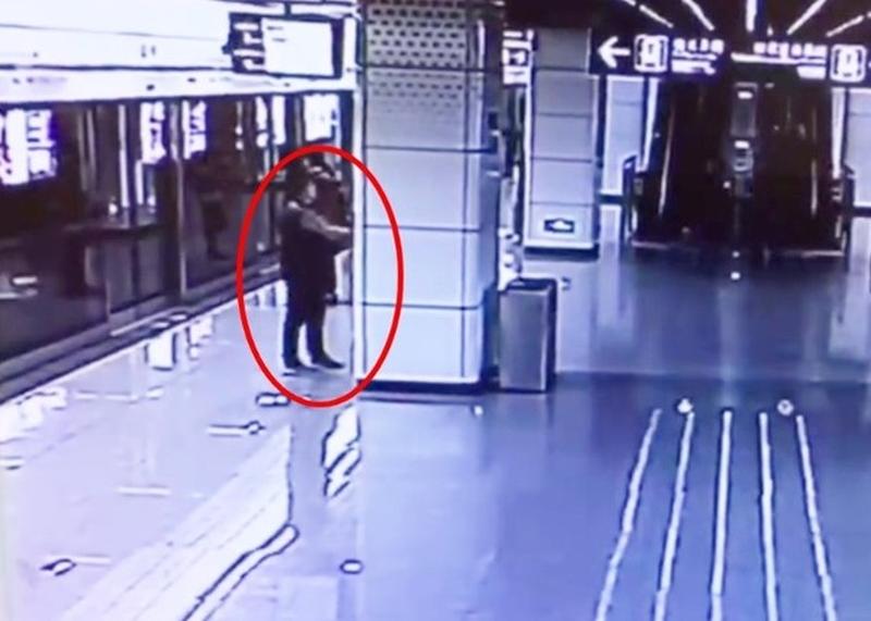 于男一時「多手」,按下牆上的一個緊急停車掣,結果被警方行政拘留5天。(網圖)