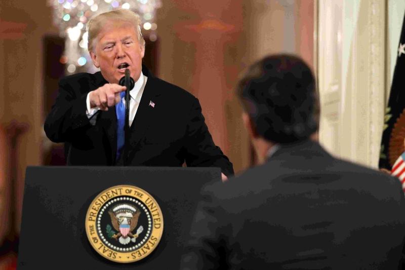 特朗普教訓阿科斯塔,說:「CNN有你這樣的記者應感羞恥,你是粗魯而且恐怖的人……當你和CNN在報道假新聞時,你就是人民公敵。」 (網圖)