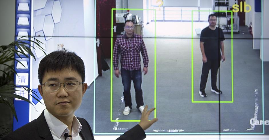 「銀河水滴」CEO黃永禎介紹「步態識別」系統,將以全身特徵作分析。AP