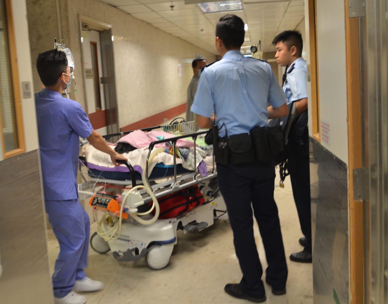 疑犯被推回深切治療部, 繼續由兩名軍裝警員看守。林思明攝