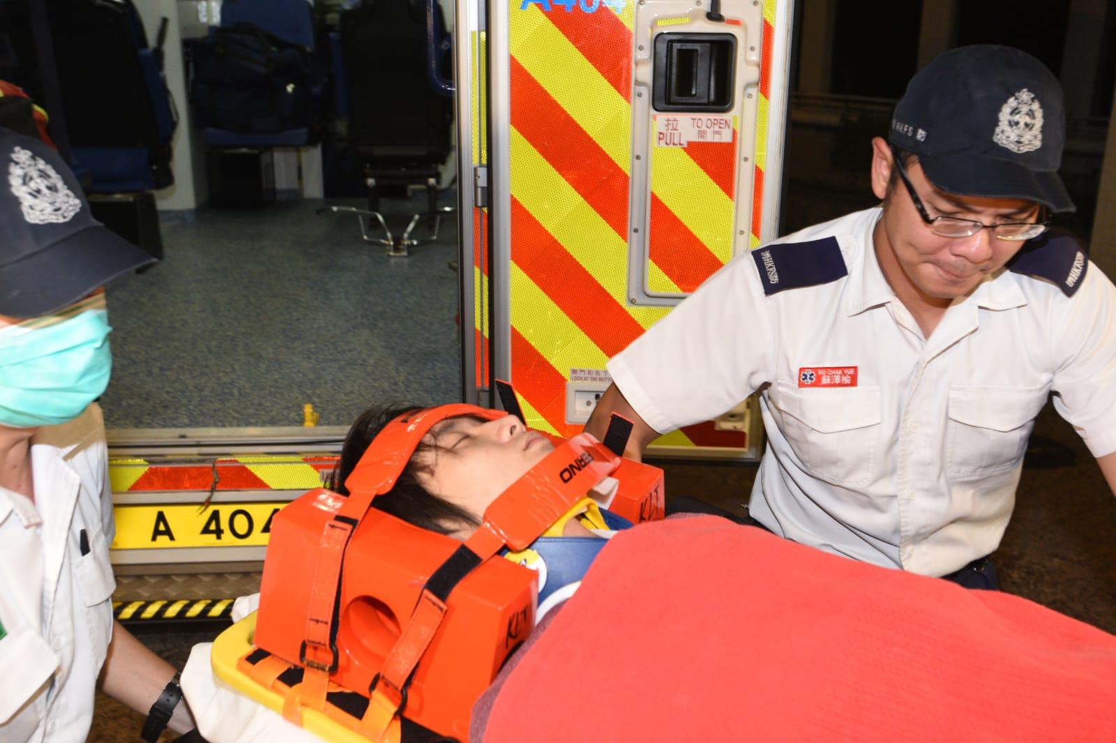 救護員到場將事主送院救治。