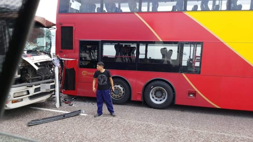 青馬大橋一輛機場巴士「死火」,遭尾隨貨車撞倒。 網民蔡本田圖