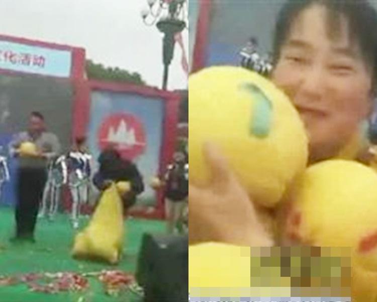 大媽衝上台搶柚,主持人武警控制不果。網上圖片