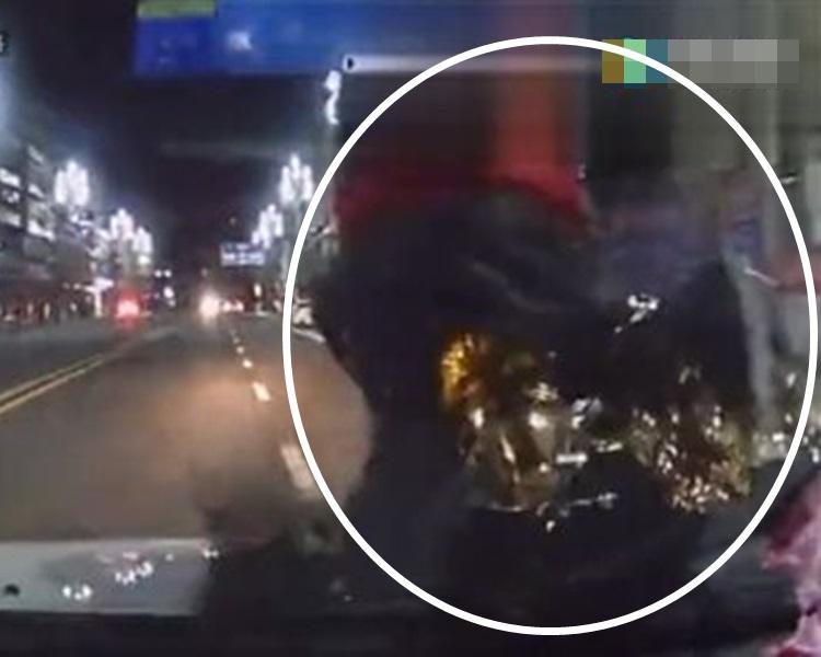 司機撞飛途人後加速逃走。網上圖片