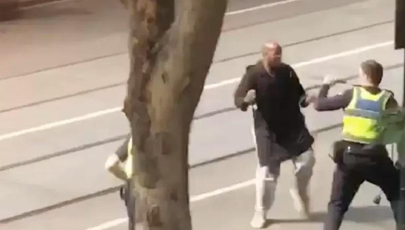 警員與歹徒對抗。網上圖片