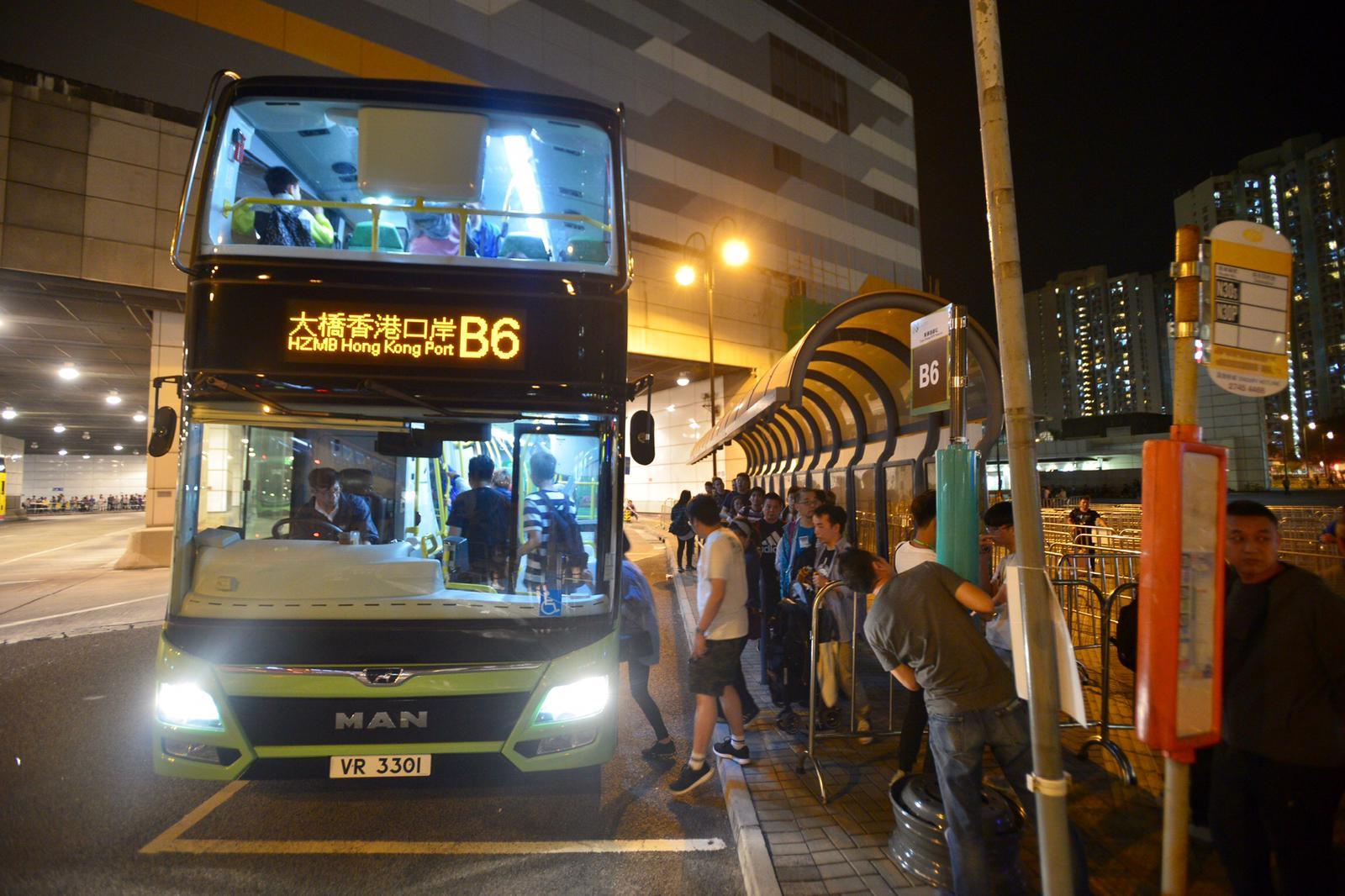 入境處公布,至晚上8時,有近8.3萬人次在大橋香港口岸出入境。梁譽東攝