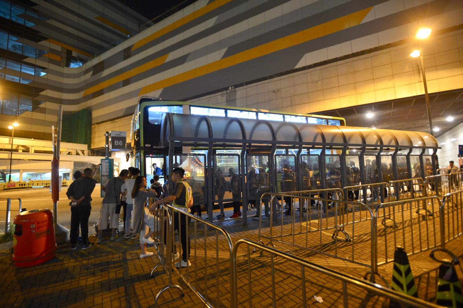 大批旅客等候巴士到山岸返回內地。梁譽東攝