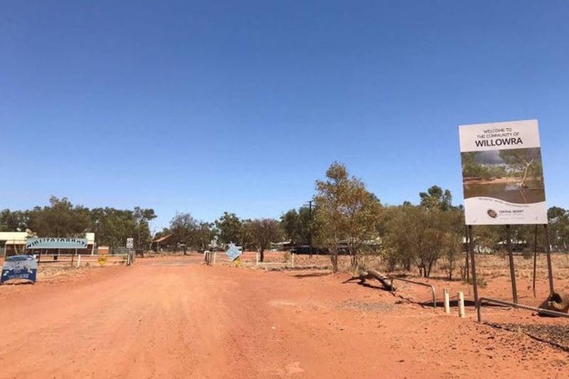 澳洲北领地一对19岁年轻情侣,近日在内陆自驾旅游,不料汽车途中抛锚,没想到走不到5公里,全被烈日曝晒死亡。(网图)