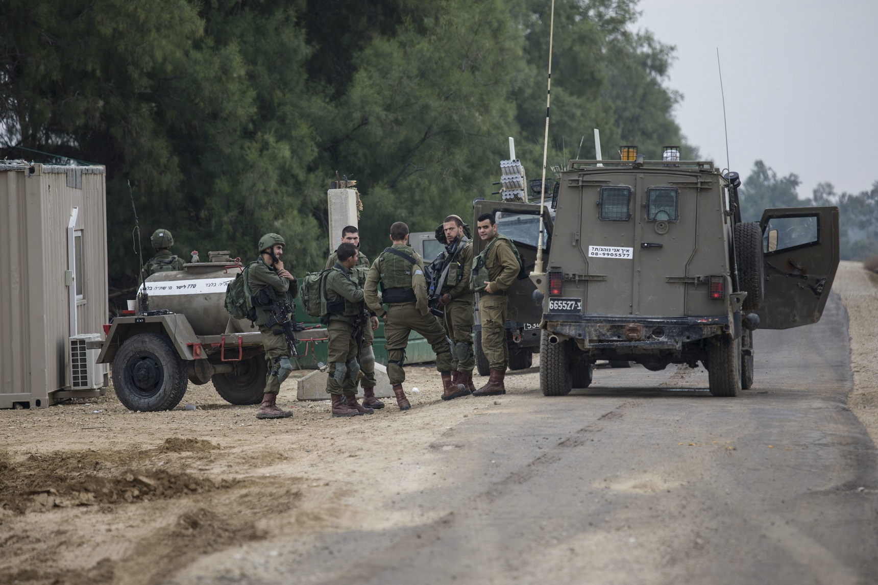 以色列军和巴勒斯坦武装分子昨日深夜爆发新一轮冲突,酿8死7伤。