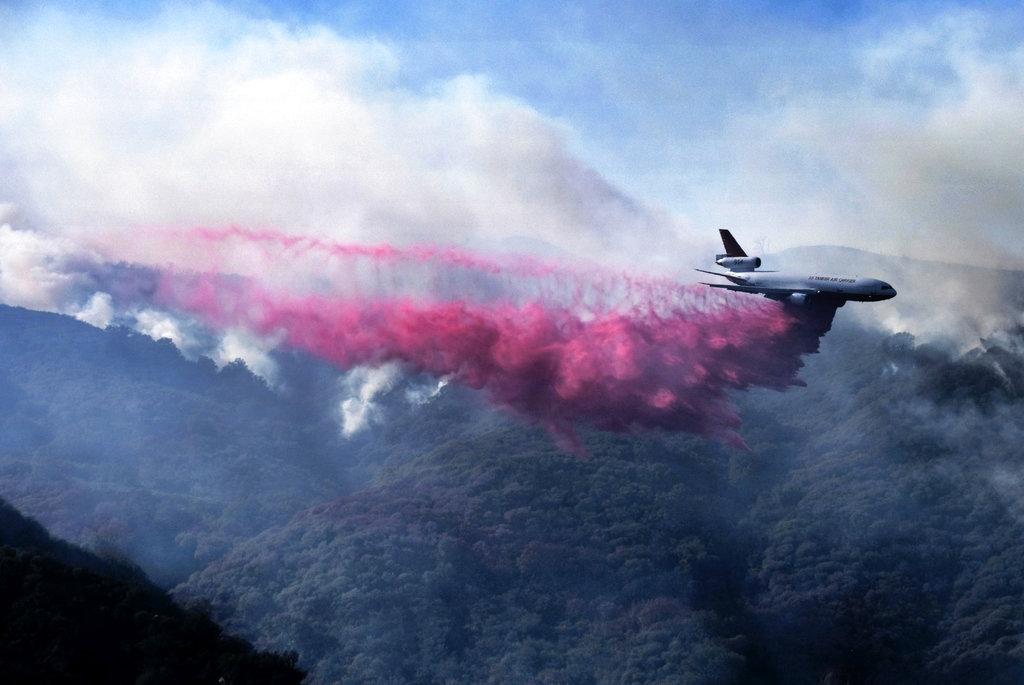 飞机喷洒阻燃剂。
