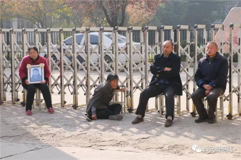 畢姓少年的爺爺、奶奶和外公外婆一大早拿着遺照來到校門口,就是要為死去的孫兒討回公道。(網圖)