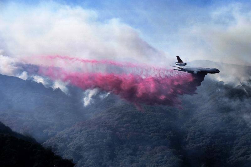 加州南部出现的新火头位于锡米谷,当地冒出大量浓烟,消防当局空投水弹灭火。