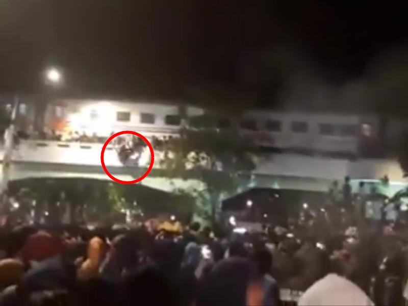 鐵路橋上擠滿了觀眾看表演,當火車進入時,眾多民眾從橋上墮下,釀3人慘死20傷。(網圖)