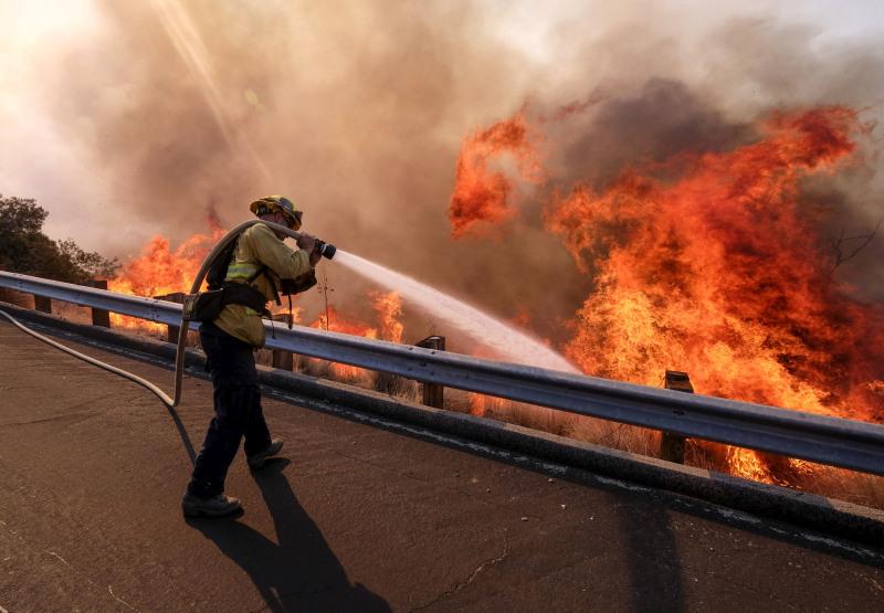美国加州山火持续,死亡人数增加至48人。超过5000名消防员继续在火场扑救。