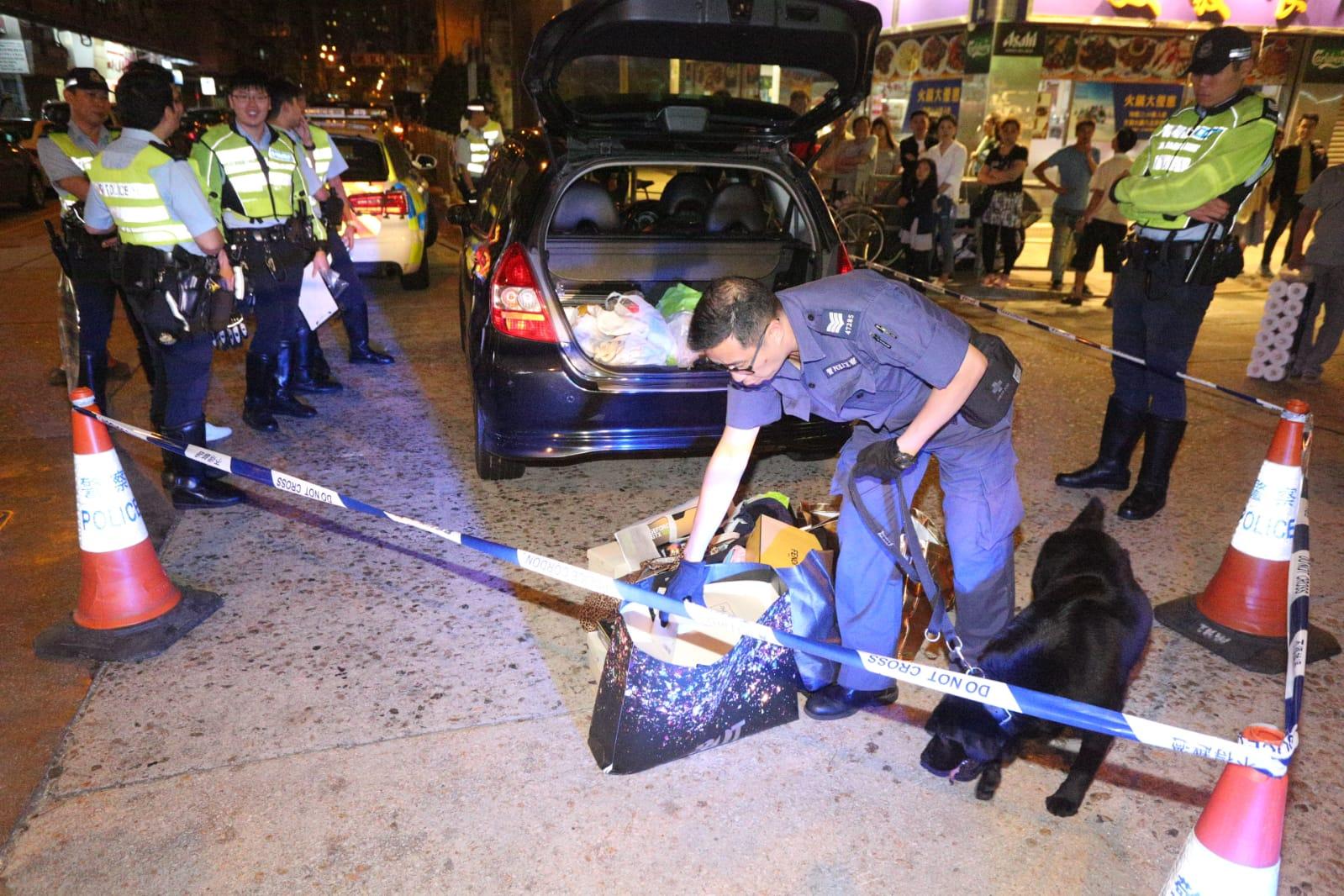 警方召警犬到場搜查,但未有在車內發現有違禁品。李子平攝