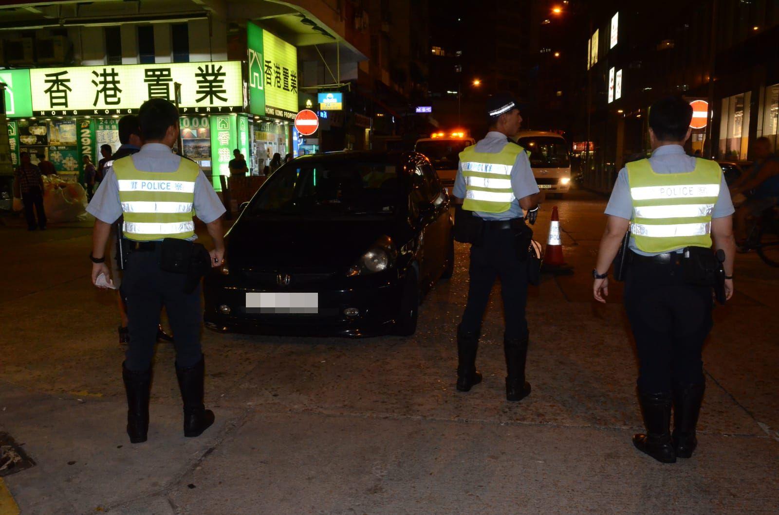 私家車駛至大角嘴洋松街近松樹街交界時,警方成功截停私家車。李子平攝