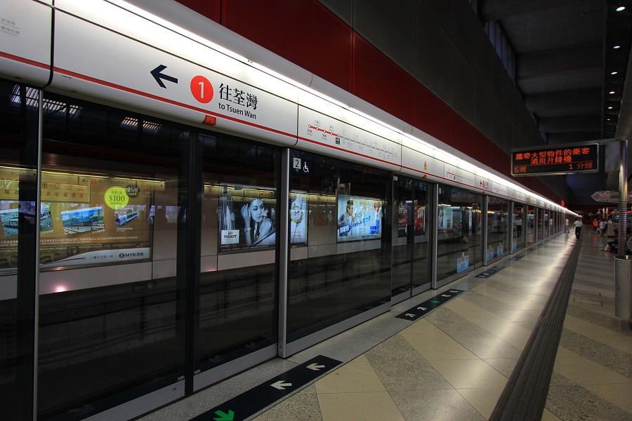 54歲休班警員在港鐵荔景站月台涉嫌非禮少女被捕。資料圖片